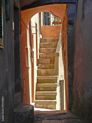 fototapete schmale gasse treppe gasse fototapeten wallsheaven. Black Bedroom Furniture Sets. Home Design Ideas