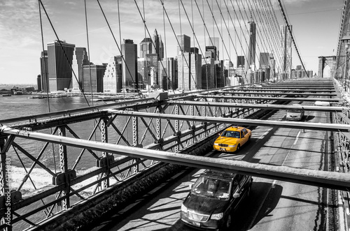 Fototapete Taxi cab crossing the Brooklyn Bridge in New York